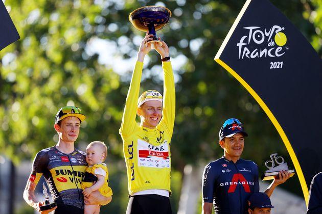 Le Slovène Tadej Pogačar, vainqueur du Tour de France, sur la première marche du podium....