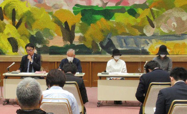 公判前に行われた弁護団の記者会見の様子。右端がリンさん=2021年4月24日、熊本市