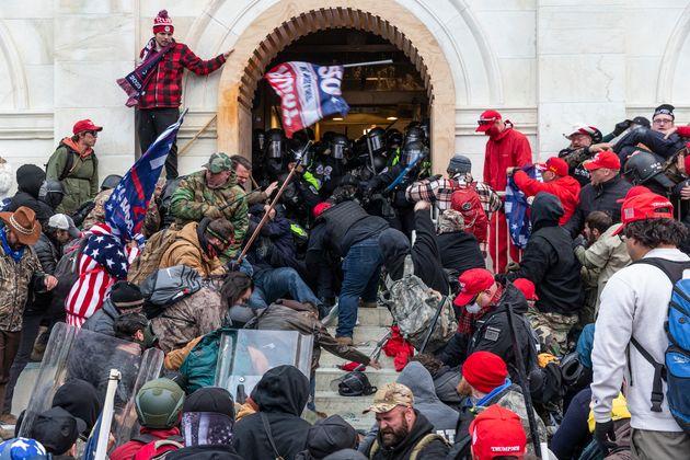 Simpatizantes del expresidente Donald Trump durante el asalto al Capitolio de EEUU el 6 de