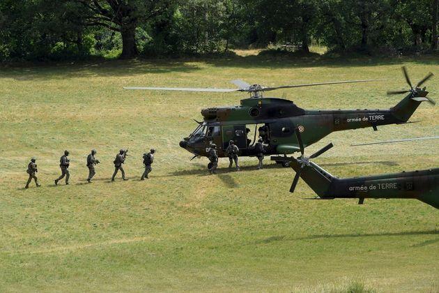 Des soldats de l'armée de terre montent à bord d'un hélicoptère pour pour retrouver l'auteur présumé...