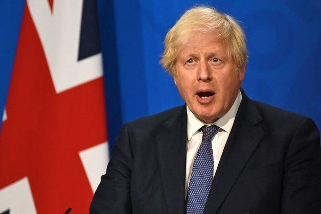 보리스 존슨 영국 총리가 7월 12일(현지시간) 런던 다우닝가에 있는 총리관저에서 기자회견을 열고 19일부터 거리두기와 마스크 의무 착용 등 모든 규제를 해제한다고 밝히고