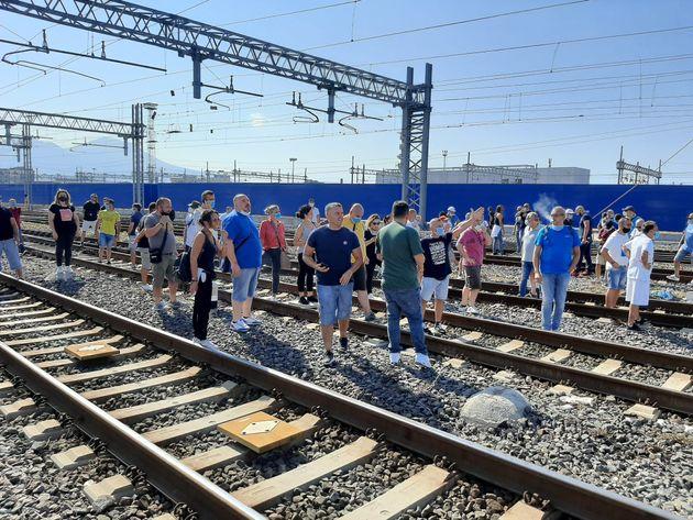 Lavoratori Whirlpool bloccano AV alla stazione di
