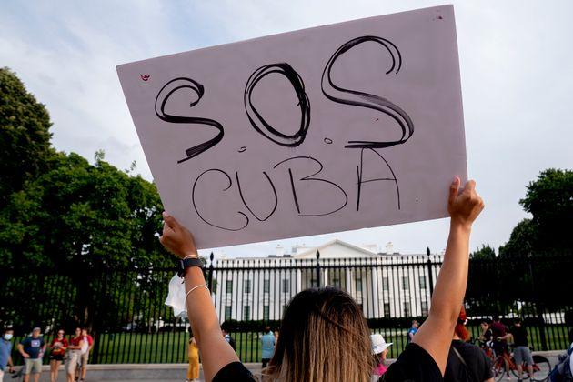 WASHINGTON, DC - 18 JUILLET : Un manifestant se rassemble avec d'autres personnes en solidarité...