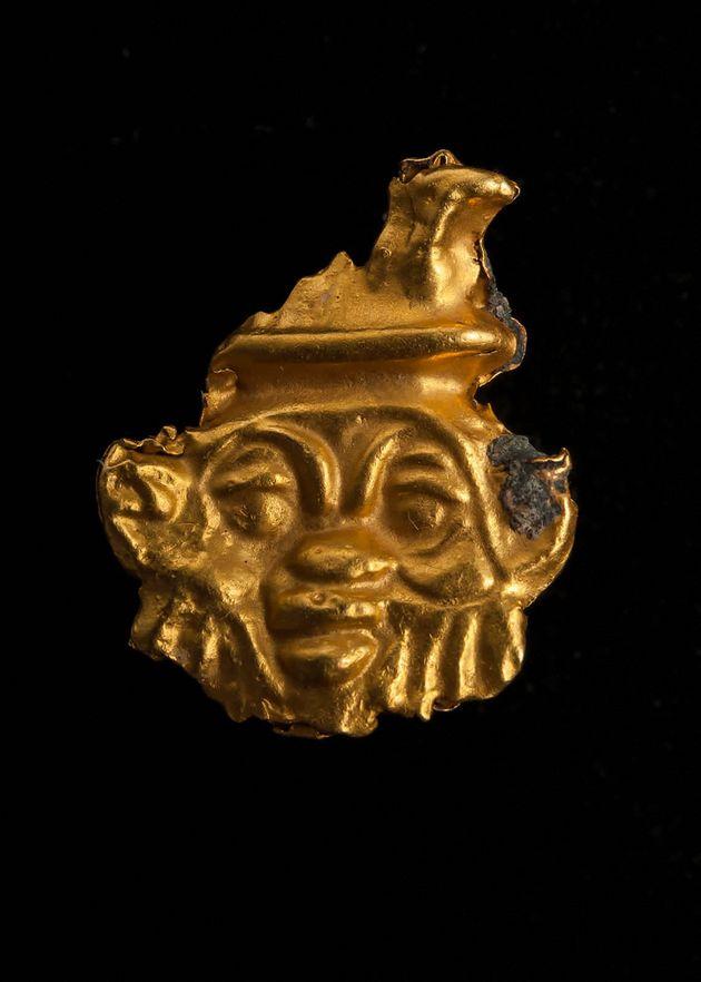 Le fragment d'un objet en or a été