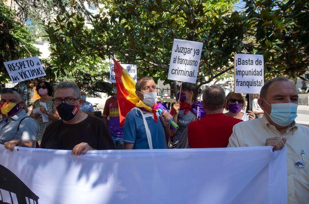 Protesta de asociaciones de memoria histórica ante el Congreso, el domingo