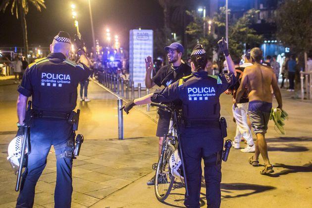 Agentes de la policía catalana vigilan el cumplimiento del toque de queda en la playa de la Barceloneta,...