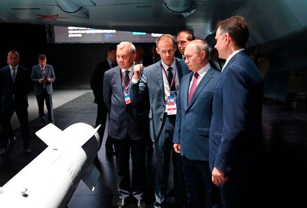 Ο Ρώσος Πρόεδρος Βλαντιμίρ Πούτιν επιθεωρεί νέα μοντέλα οπλικών συστημάτων στην έκθεση MAKS-2021, στις 20 Ιουλίου 2021. (Alexei Nikolsky, Sputnik, Kremlin Pool Photo via AP)