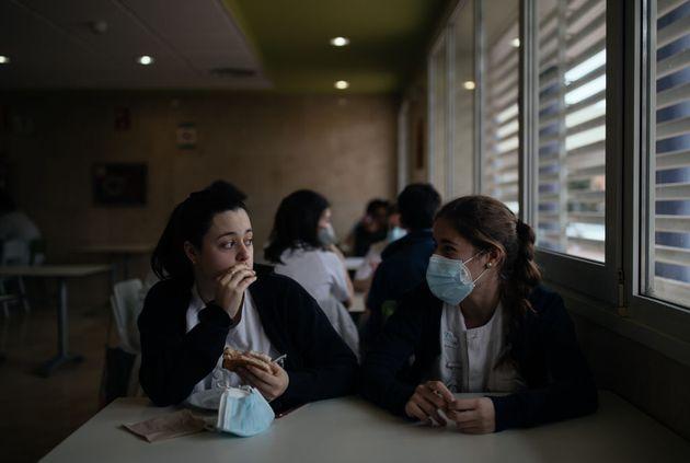 Dos trabajadoras del Hospital de Huesca el día de la terapia de la risa para los sanitarios que han atendido...