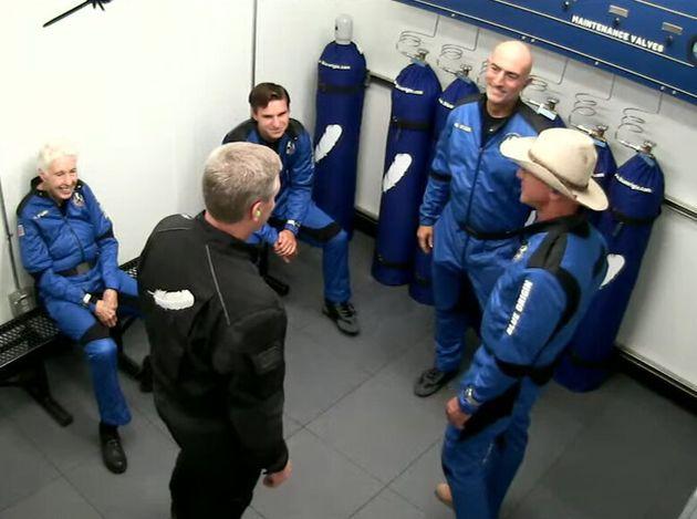 Ολοκλήρωσε με τυμπανοκρουσίες το πρώτο του ταξίδι στο διάστημα ο Τζεφ