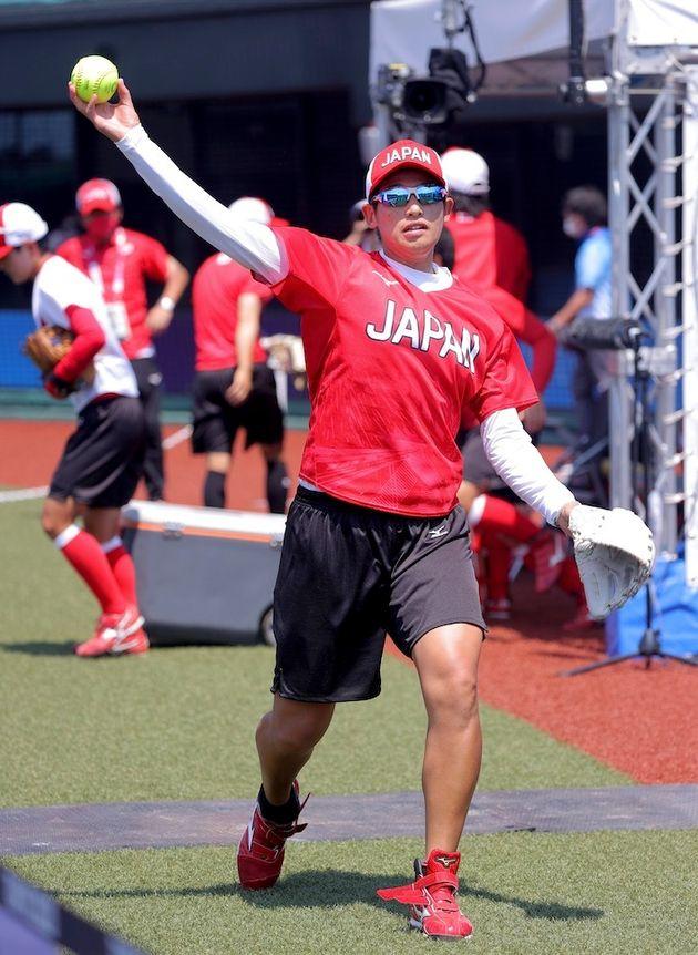 初戦を翌日に控えた練習で、キャッチボールをするソフトボール女子の上野由岐子選手=7月20日、福島県営あづま球場