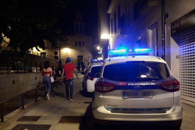 Dos patrullas de la Policía patrullan en Ourense (Galicia), el pasado 4 de
