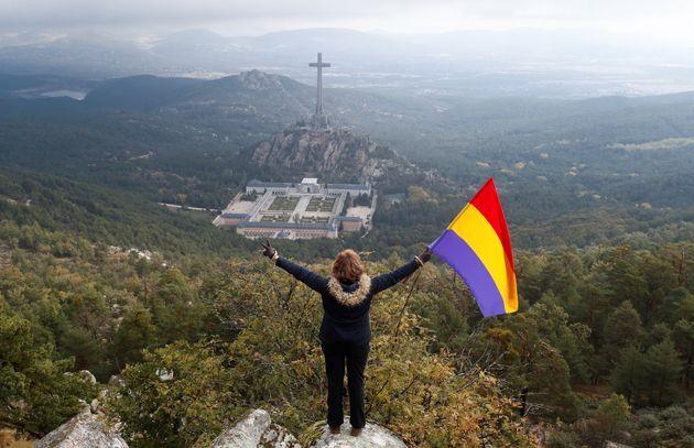 Una mujer porta una bandera republicana cerca del Valle de los