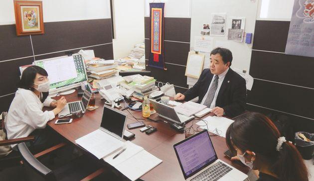 ハフポスト日本版の取材を受ける指宿昭一弁護士(中央)=2021年7月、東京都新宿区の事務所