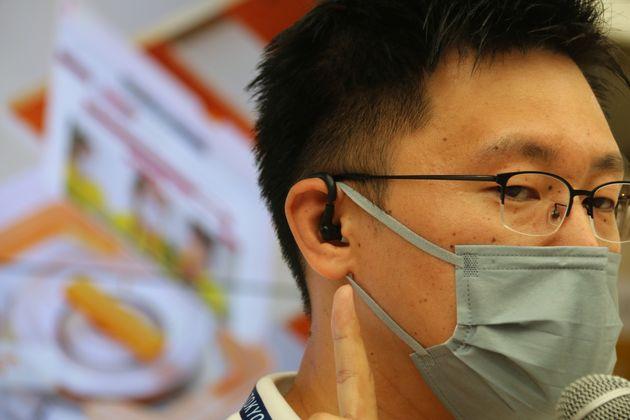 耳に装着することで熱中症リスクをモニタリングする機器