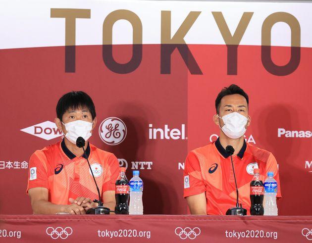 記者会見する東京五輪サッカー男子の森保一監督(左)と吉田麻也=7月20日