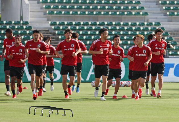 練習する東京五輪サッカー男子日本代表の選手たち
