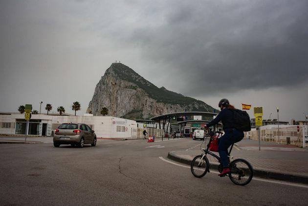 Tránsito de coches y personas en la frontera de Gibraltar, a 30 de marzo