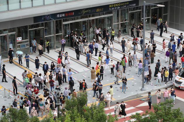 18일 오후 대구 북구 엑스코(EXCO) 동관에서 열린 '나훈아 AGAIN 테스형' 대구 콘서트 마지막 날 낮 공연이 끝나자 관람객들이 빠져나오며 주변이 북새통을 이루고 있다.