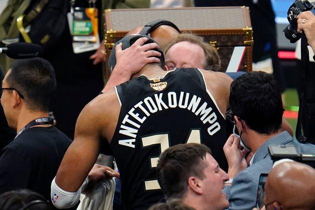 Αγκαλιά με τον προπονητή...