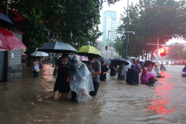 Κίνα: Φονικές πλημμύρες με πνιγμούς στο μετρό και 200.000
