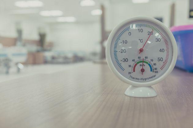 室温計を使い、適切な温度管理をすることが熱中症の予防につながる