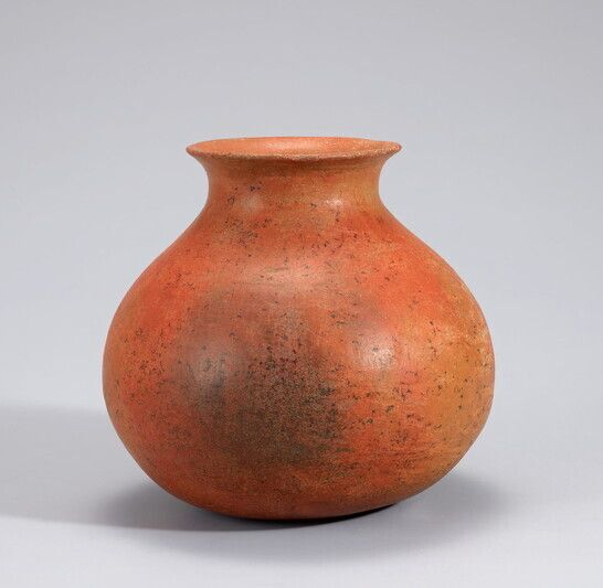 국립중앙박물관의 이건희 명품전의 대표적인 고고유물로 꼽히는 청동기시대의 붉은간토기.