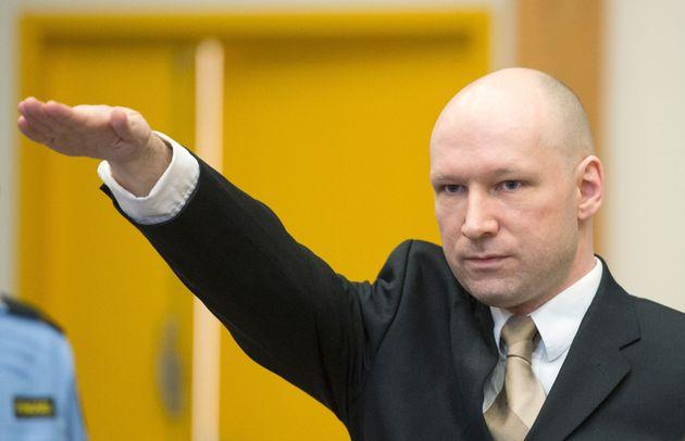 Anders Behring Breivik haciendo el saludo nazi ante el juez, en marzo de