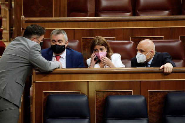 El portavoz de ERC, Gabriel Rufián, habla a la portavoz parlamentaria socialista, Adriana Lastra, y a...