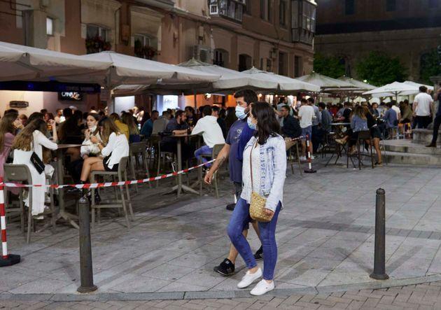 Las terrazas, llenas en Santander, antes de su cierre a medianoche, el 3 de julio de