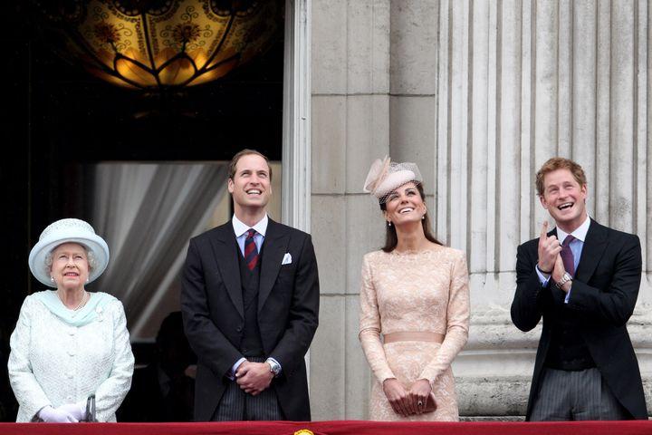 Harry, con su abuela y los duques de Cambridge en un acto para celebrar los 60 años de reinado de Isabel II