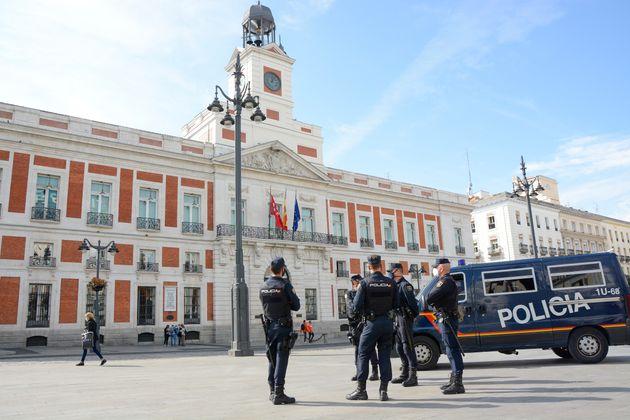 Un grupo de policías en la Puerta del Sol, en