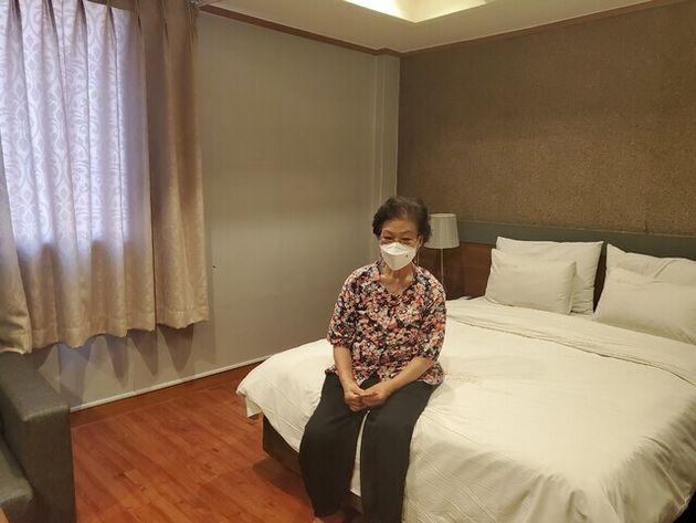 21일 야간 무더위 쉼터로 운영되는 서울 노원구의 호텔 침대에서 김기분(75)씨가 휴식을 취하고