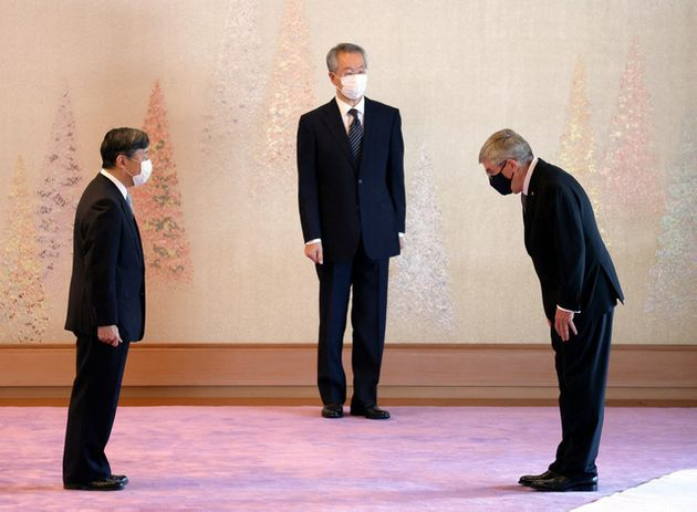 国際オリンピック委員会(IOC)のバッハ会長(右)と面会する天皇陛下=2021年7月22日午後2時35分、皇居・宮殿「春秋の間」、代表撮影