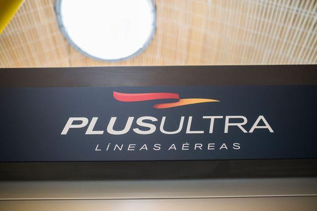 Cartel de la aerolínea Plus Ultra en Barajas,