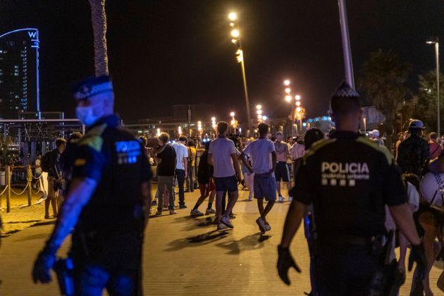 Agentes de la Guardia Urbana desalojando a un grupo de personas en la primera noche de la vuelta del...