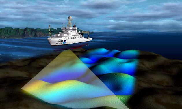 Navire de sondage équipés de sonars multifaisceaux pour cartographier la profondeur du fond marin en...