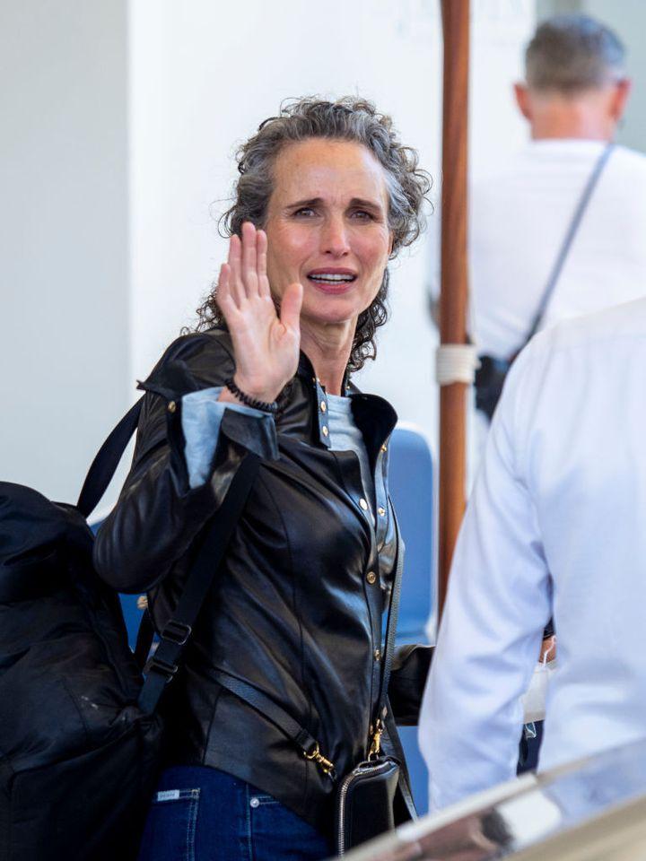 La actriz Andie MacDowell saluda a la prensa al abandonar el hotel de Cannes donde se alojó durante el festival.
