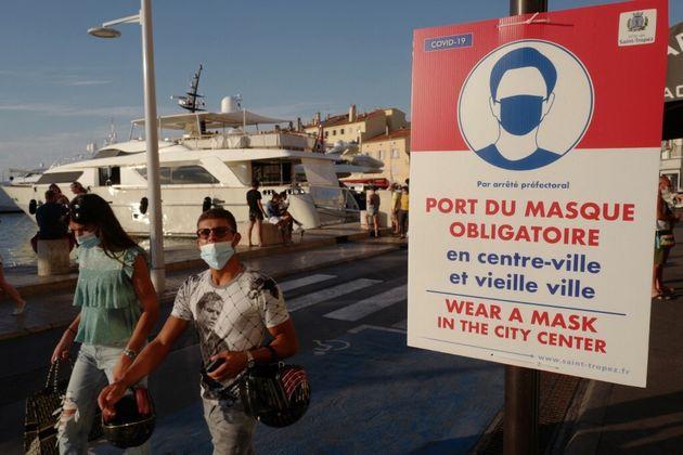 Le masque redevient obligatoire à Saint-Tropez, comme sur cette photo prise sur le port de la...
