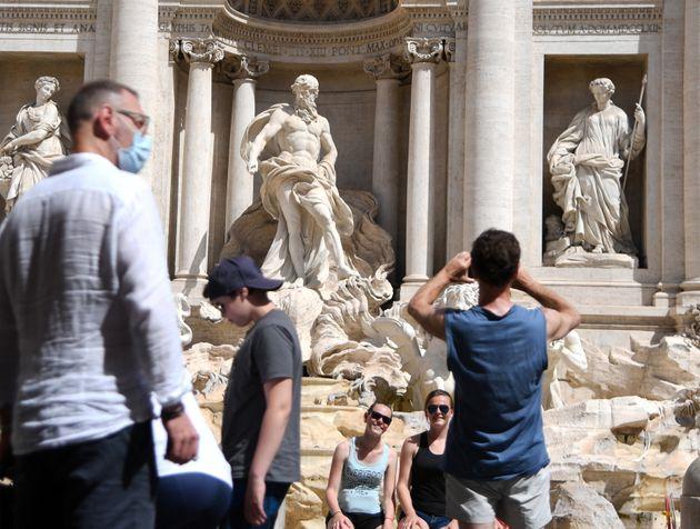Devant la fontaine de Trevi à Rome en Italie, le 28 juin