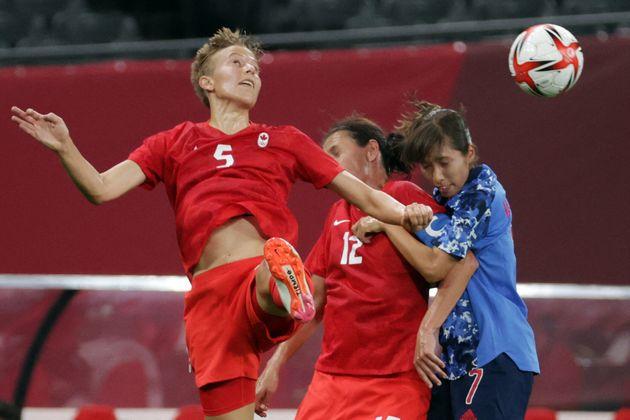 7月21日に開催されたサッカー女子の予選リーグでプレーするクィン選手(左)。試合は1-1で引き分けた