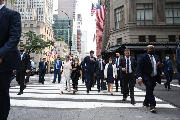 El presidente del Gobierno, Pedro Sánchez, camina por las calles de Nueva