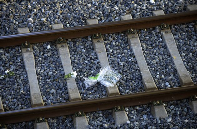Ofrenda floral colocada en las vías del tren donde tuvo lugar el accidente, en el primer aniversario...