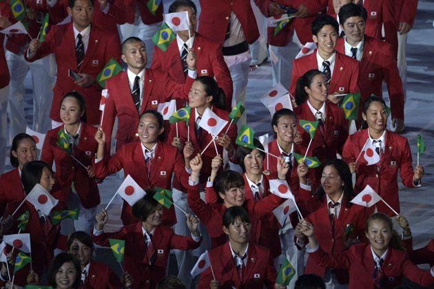 2016年のリオオリンピック開会式入場パレードで、旗を振る日本の選手団(2016年8月5日)