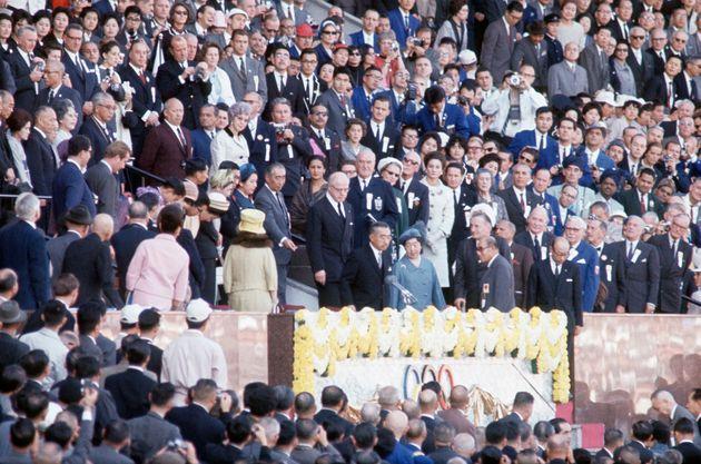 東京五輪の開会式に出席される天皇、皇后両陛下。皇太子ご夫妻をはじめ皇室関係者も出席。天皇陛下の後方はブランデージIOC会長(東京都・国立競技場)