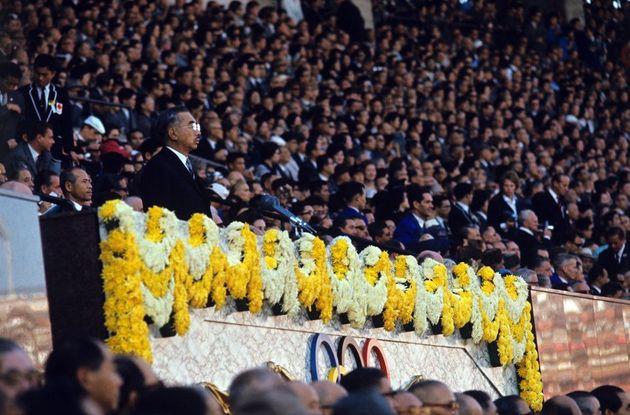 午後2時58分、昭和天皇が「第18回近代オリンピアードを祝い、ここにオリンピック東京大会の開会を宣言します」と、開会宣言。