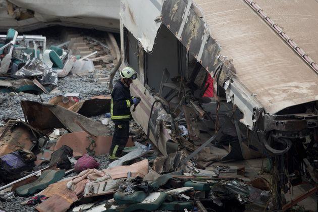 Un profesional de los servicios de emergencias, durante las tareas de rescate en la curva de A Grandeira...