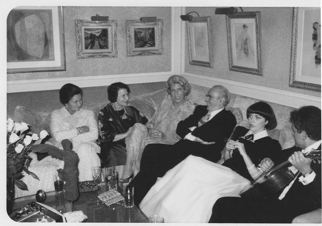 Μια εκλεκτή παρέα: Γκυ Μπεάρ, Μιρέιγ Ματιέ, Κωνσταντίνος Καραμανλής, Ελένη Αρβελέρ, Σιμόν Βέιλ·στο σπίτι...