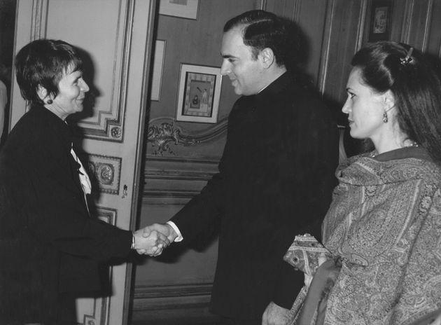 Με τον Ινδό πρωθυπουργό Ρατζίβ Γκάντι και τη σύζυγό του