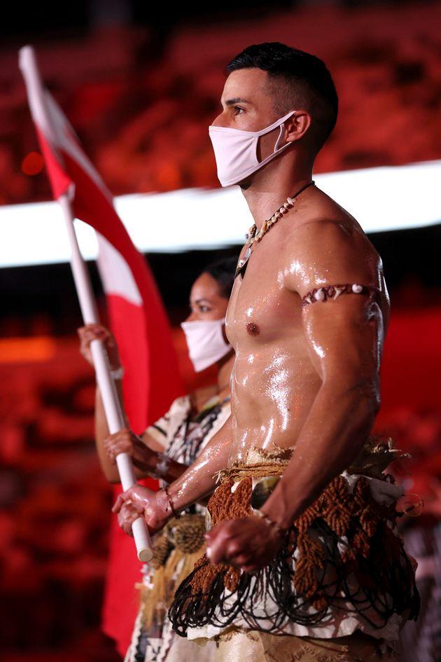 Pita Taufatofua est champion de taekwondo et de ski de fond pour les