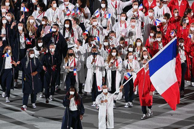 Les porte-drapeaux français Samir Aït Saïd et Clarisse Agbegnenou lors de la cérémonie...